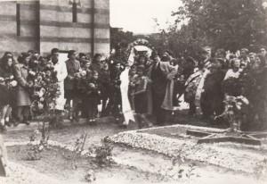 Građani Jagodine na grobu sahranjenih crvenoarmejaca kod Nove crkve, 17.10.1945.g.
